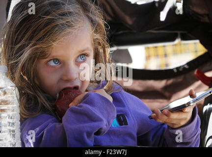 Vancouver, Canada. 10th Sep, 2015. A 3-years old Syrian refugee eats an apple during a visit to a new refugees facility - Stock Photo