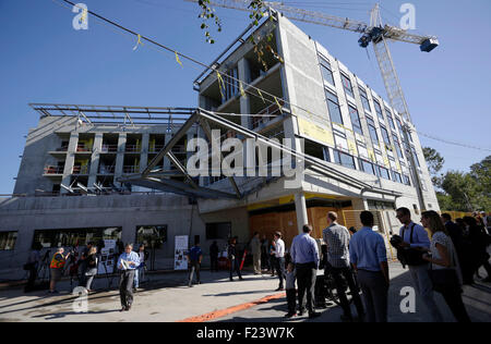 Vancouver, Canada. 10th Sep, 2015. Refugees and local media gather at the new refugees facility under construction - Stock Photo