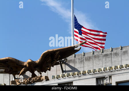 London ,UK. 11th September 2015. The Stars and strips flies at half  mast above the US embassy to remember  the - Stock Photo