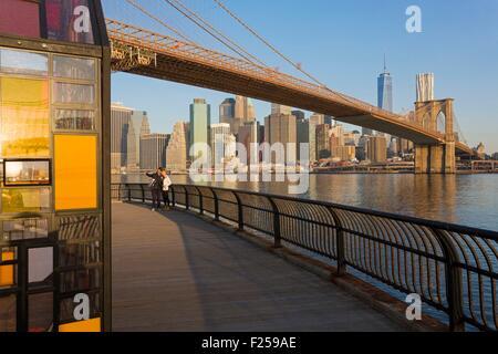 United States, New York, Brooklyn Dumbo neighborhood (District Under the Manhattan Bridge Overpass), young couple - Stock Photo