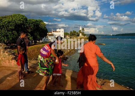 Sri Lanka, Southern Province, Galle Fort, listed as World heritage by UNESCO, family on the sea side walls of the - Stock Photo