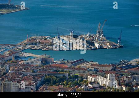 France, Var, Toulon, the Rade (Roadstead), the naval base (Arsenal) seen from Mont Faron, The four dry docks and - Stock Photo