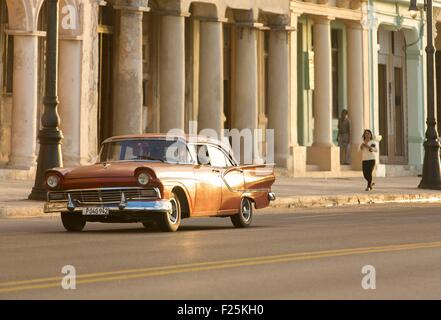 Cuba, Ciudad de la Habana province, La Havana, american car on the Malecon - Stock Photo