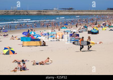 Portugal, North region, Matosinhos, the urban beach and Leixoes harbour in the background - Stock Photo