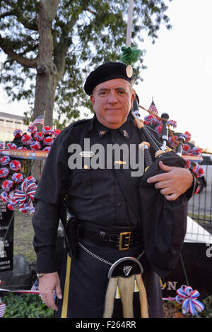 Merrick, New York, USA. 11th Sep, 2015. KEViN MAC CARTAIGH of Massapequa, a member of NYPD Pipe Band, stands in - Stock Photo