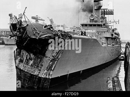 AJAXNETPHOTO.  13TH NOVEMBER, 1975. PORTSMOUTH, ENGLAND. - CRUNCH! - PICTURED ALONGSIDE AT THE NAVAL BASE DOCKYARD WITH 14 FEET OF HER BOW SMASHED; THE GP LEANDER CLASS FRIGATE HMS ACHILLES (2500 TONS). THE FRIGATE COLLIDED WITH LIBERIAN OIL TANKER OLYMPIC ALLIANCE 1 MILES S.E. OF DOVER NEAR VARNE LIGHTSHIP ON NIGHT OF 12/13 NOV 1975. THREE CREWMEN ON ACHILLES WERE INJURED. PHOTO:JONATHAN EASTLAND/AJAX REF:25 11 75