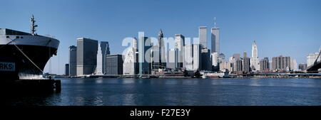 AJAXNETPHOTO. 1990. NEW YORK, NY, USA. - LOWER MANHATTAN SKYLINE - SEEN FROM BROOKLYN ACROSS THE EAST RIVER LOOKING - Stock Photo