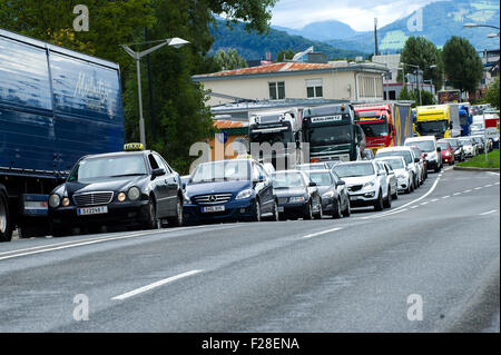 Salzburg, Austria. 14th Sep, 2015. Vehicles wait in line on the border between Austria and Germany near Salzburg, - Stock Photo