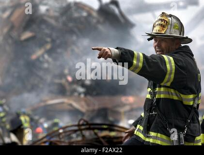 A NY Fire Department Deputy Chief calls for rescue teams at Ground Zero on Sept. 16, 2001. World Trade Center, New - Stock Photo