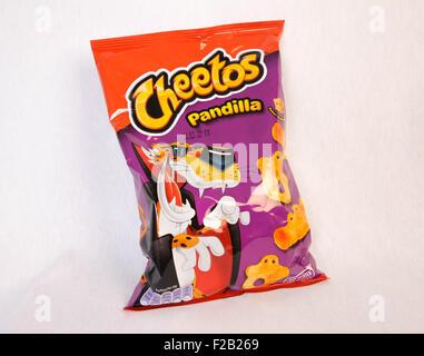 cheese-flavored, puffed cornmeal snak Cheetos- Snack de harina de maíz inflada con sabor a queso Cheetos - Stock Photo