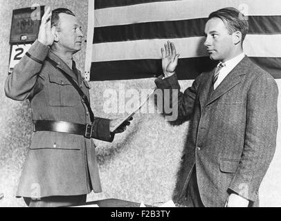 Heir to DuPont fortune, Alexis Felix DuPont (left) joins the army flying corps. He takes the oath of allegiance - Stock Photo