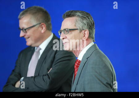 Berlin, Germany. 15th Sep, 2015. Interior Minister Thomas de Maiziere (right) and Stephan Steinlein (left) state - Stock Photo