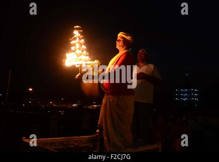 Allahabad, Uttar Pradesh, India. 16th Sep, 2015. Allahabad: Indian Hindu priest perform evening rituals during celebrate - Stock Photo