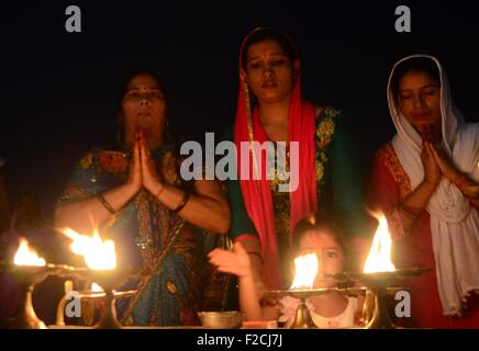 Allahabad, Uttar Pradesh, India. 16th Sep, 2015. Allahabad: Indian Hindu devotee perform evening rituals during - Stock Photo