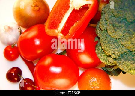 Obst/ Gemuese: Kirschen, Knoblauch, rote Chillyschote, Tomaten, Mandarinen, Zwibel, Brokkoli - Symbolbild Nahrungsmittel. - Stock Photo