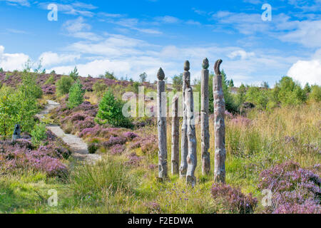 ABRIACHAN TRAIL OR WALK ABOVE LOCH NESS CARVED TOTEM POLES ALONG THE TRAIL SURROUNDED BY PURPLE HEATHER  IN LATE - Stock Photo