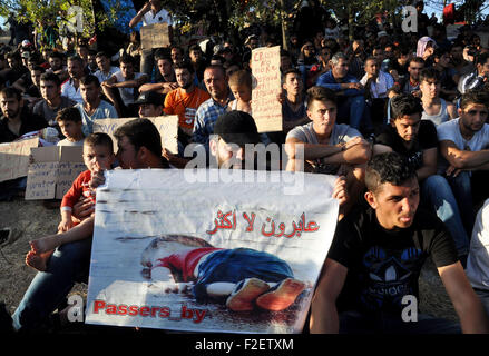 Edirne, Turkey. 17th Sep, 2015. Refugees rest near the highway in Edirne, Turkey, on Sept. 17, 2015. A Turkish governor - Stock Photo