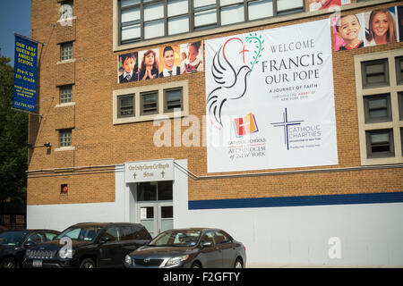New York, USA. 18th September, 2015. A banner welcoming Pope Francis and portraits of students decorates the front - Stock Photo