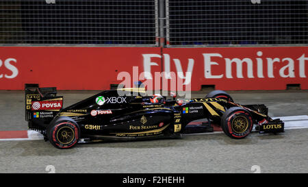 Singapore, SINGAPORE, 19 September 2015. Romain Grosjean (of France and Lotus F1 Team) claimed tenth position during qualifying for the 2015 Singapore Grand Prix, a night race around the Marina Bay Street Circuit in central Singapore, with a time of 1:46.413. Sebastian Vettel (of Germany and Scuderia Ferrari) secured Pole Position with a time of 1:43.885. Credit:  Clive Jones/Alamy Live News