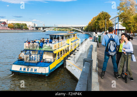 Moscow, Russia. Saturday, Sept. 19, 2015. Warm weekend. It is comfortable to be outdoors. The Moscow river and Andreevsky - Stock Photo