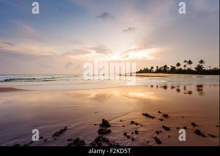 Por-do-sol paradisíaco na Ilha do Mussulo do lado da baía em maré alta e perto do buraco - Stock Photo