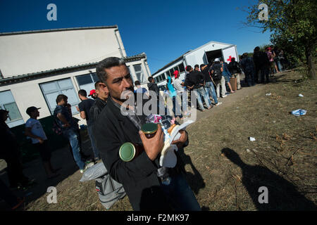 Opatovac, Croatia. 21st Sep, 2015. A refugee from Iraq carries food rations in his arms in a tent camp near Opatovac, - Stock Photo