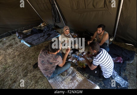 Opatovac, Croatia. 21st Sep, 2015. Refugees from Syria talk in a tent of a tent camp near Opatovac, Croatia, 21 - Stock Photo
