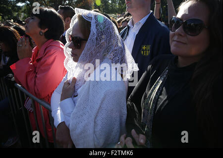 Washington, DC. 23rd Sep, 2015. Members of the public watch the arrival ceremony for Pope Francis on the South Lawn - Stock Photo
