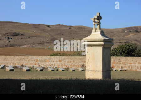 HMS Endymion memorial, western view, surrounded by graves at the CWGC Portianos cemetary. Lemnos, Greece. - Stock Photo