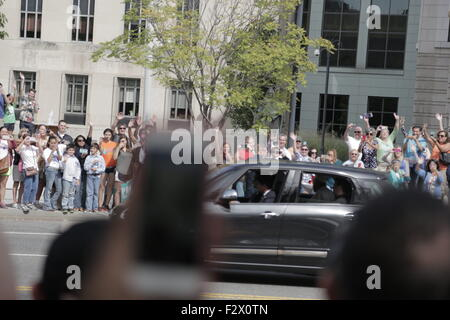 Washington, DC, USA. 24th Sep, 2015. People wave at Pope Francis as he departs the U.S. Capitol Building, Washington, - Stock Photo