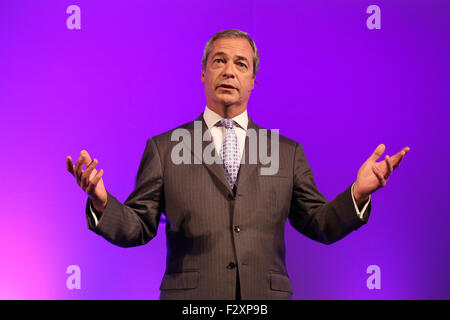 Doncaster, South Yorkshire, UK. 25th September, 2015. UKIP leader Nigel Farage addresses a room full of supporters - Stock Photo