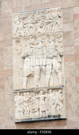 Bas relief plaque showing heroic Albanian workers and soldiers. Dëshmorët e Kombit Boulevard, Tirana, Albania. - Stock Photo