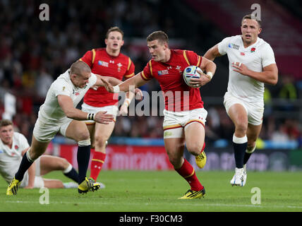 London, UK. 26th Sep, 2015. Scott Williams (2nd R) of Wales breaks through during the Rugby World Cup 2015 Pool - Stock Photo