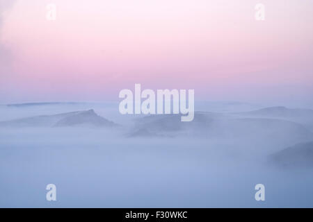 Peak District, Derbyshire, UK. 27th Sept 2015. Magenta Skies and fog dominate the early morning landscape as autumn - Stock Photo