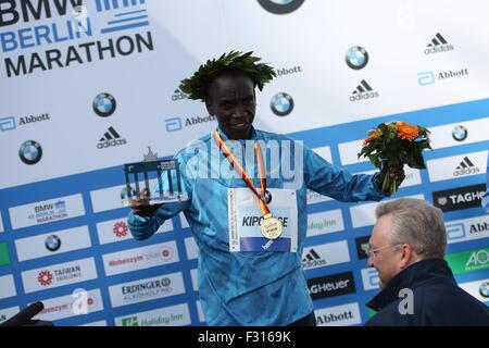 Berlin, Germany. 27th Sep, 2015. Eliud Kipchoge celebrates his victory during 42nd Berlin Marathon. Credit:  Simone - Stock Photo