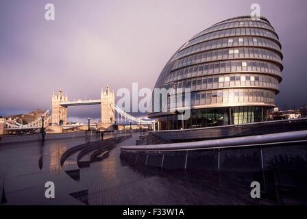 Tower Bridge, rechts das von Norman Foster entworfene Londoner Rathaus (City Hall) London. - Stock Photo