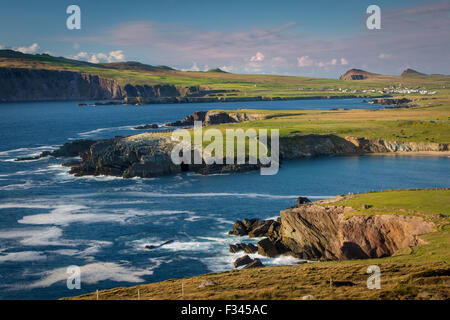 Evening sunlight over Ballyferriter Bay, Sybil Point and the peaks of the Three Sisters, Dingle Peninsula, County - Stock Photo