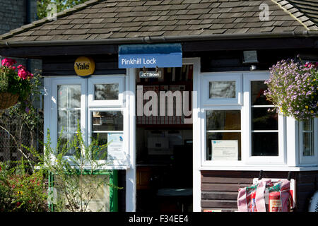 Pinkhill Lock lockkeeper`s cabin, River Thames, Oxfordshire, England, UK - Stock Photo