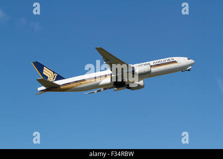 Singapore Airlines, Boeing 777-212(ER), 9V-SVL, flight SQ351, takes off from Copenhagen Airport, Kastrup, CPH, for - Stock Photo
