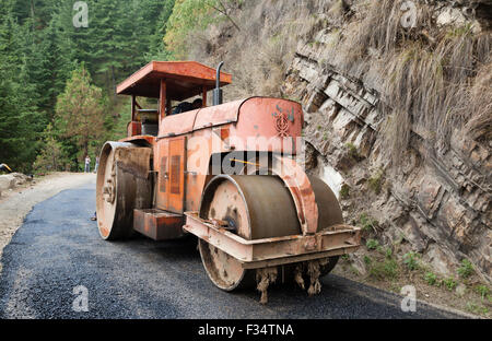 Indian road roller used in resurfacing of mountain road, Northern India Pradesh, India - Stock Photo