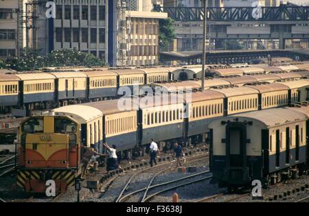 AJAXNETPHOTO - 1987 - BANGKOK,THAILAND - STATION YARD - TRAINS PACK THE CENTRAL STATION APPROACHES. PHOTO:JONATHAN - Stock Photo