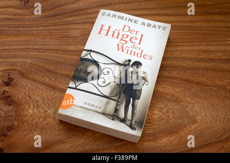 Carmine Abate Der Hugel des Windes paperback book - Stock Photo