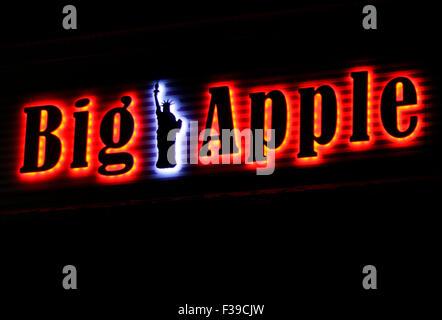 'Big Apple' - Leuchtreklame in Form der New Yorker Freiheitsstatue, Berlin. - Stock Photo