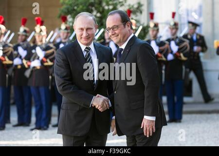 Paris, France. 2nd Oct, 2015. French President Francois Hollande (R) greets his Russian counterpart Vladimir Putin - Stock Photo