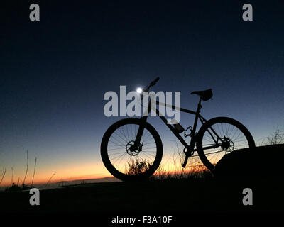 Laguna Beach, California, USA. 27th Sep, 2015. A singlespeed titanium mountain bike with lezyne night light at sunset - Stock Photo