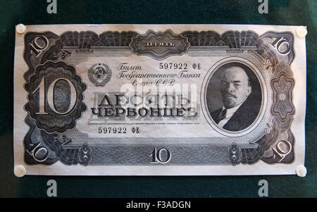 Moscow, Russia. 3rd Oct, 2015. A chervonets note with Lenin's image (1937) on display at the Russian Central Bank - Stock Photo