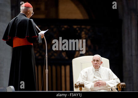 Vatican City. 3rd October, 2015. Pope Francis listens to Italian Episcopal conference (CEI) president Cardinal Angelo - Stock Photo