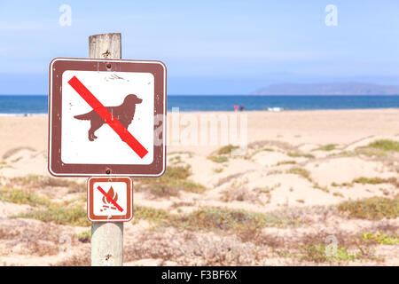 No dogs and campfires on the beach sign, California, USA. - Stock Photo
