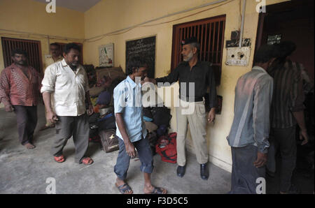 Arrested Indian fishermen gather in a police lock up in Karachi on Monday, October 05, 2015.  The Pakistan maritime - Stock Photo
