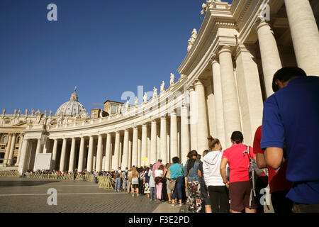 Long queue of tourists waiting to enter the Vatican museums, Piazza San Pietro, Rome, Italy. - Stock Photo